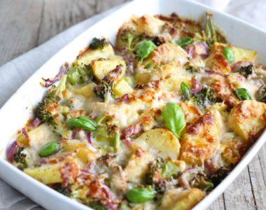 Zapiekanka ziemniaczana z brokułem i szpinakiem