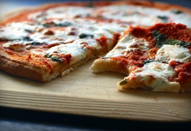 Pizza pełnoziarnista z zieloną papryką i mozzarellą
